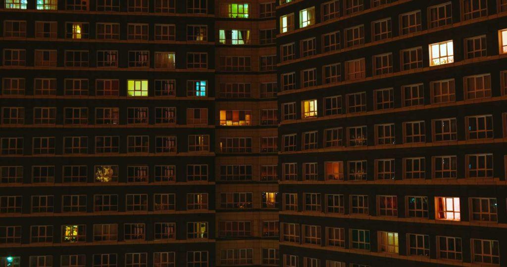 Beleuchtete Fenster im Häuserblock
