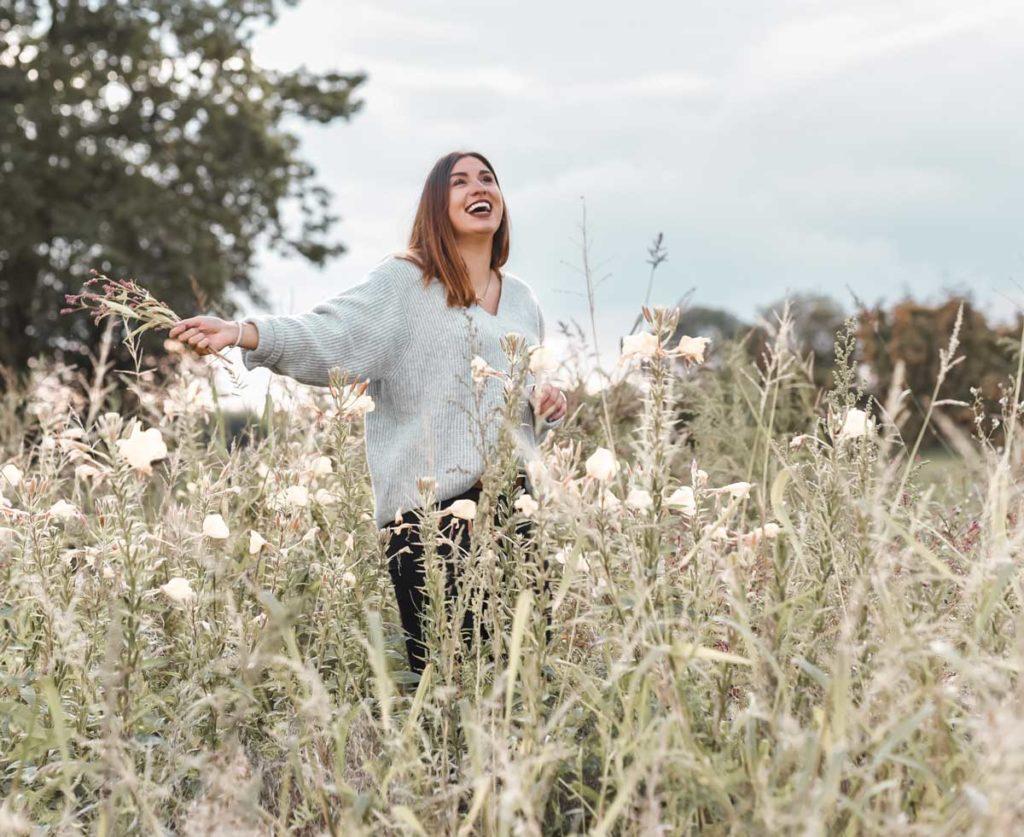 Frau im Feld Seelische Gesundheit