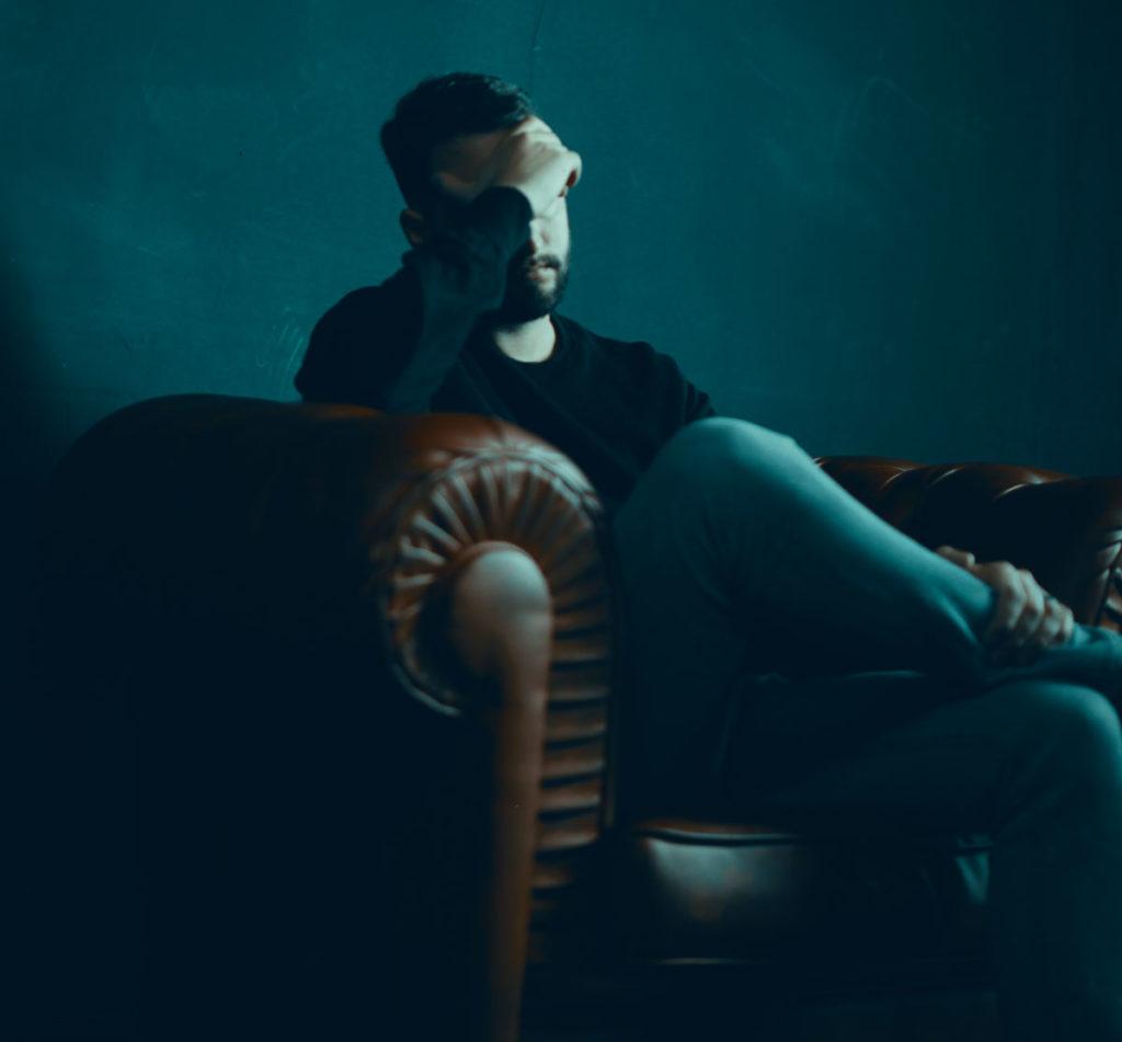 Mann auf dem Sofa Seelische Gesundheit